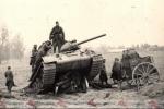 гаубица раздавленная Т34, передок от орудия и павший танкист